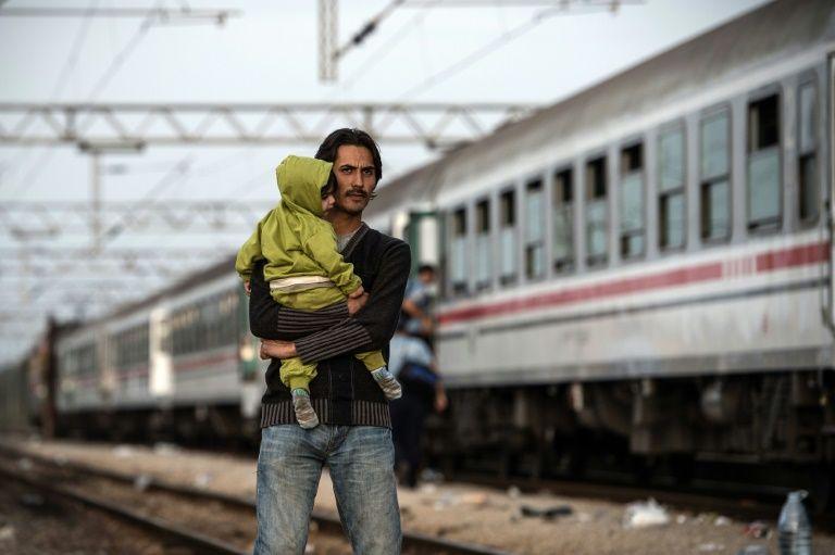 Emotional scenes as Croatians bring aid to departing migrants