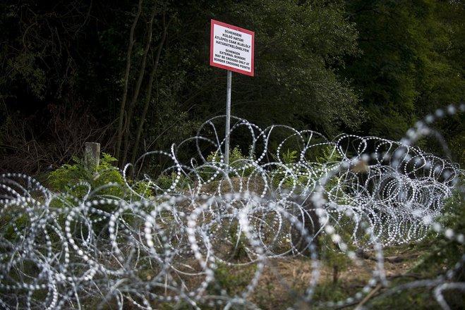 Croatia bans entry of Serbian citizens as refugee dispute escalates
