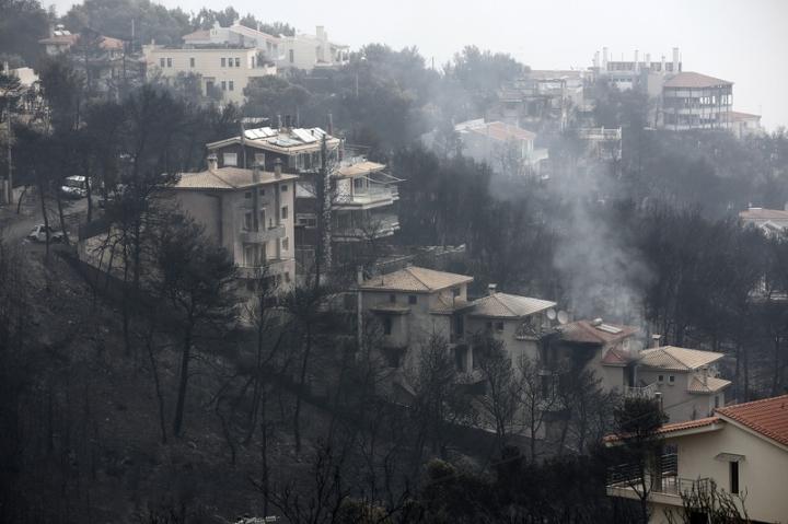 Прибережне місто Маті у Греції майже повністю знищило вогнем – новини
